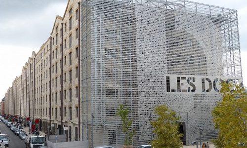 La façade nord des Docks est recouverte d'extraits de textes de César, Balsac, Londres, Giono... Qui évoquent Marseille. Ces extraits ont été sélectionnés par l'architecte Alfonso Femia et l'agence Tapiro Design